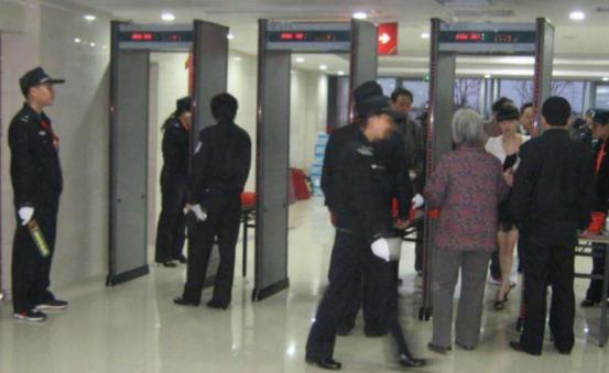 火车站安检人员安检工作保安全图片